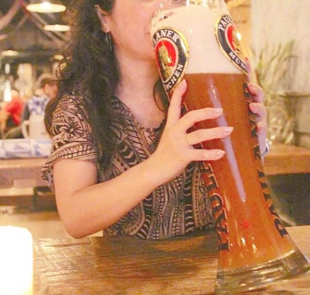 マンハッタンにあるドイツ系のビアホールにて巨大ビールをいただく筆者 (c) Kasumi Abe