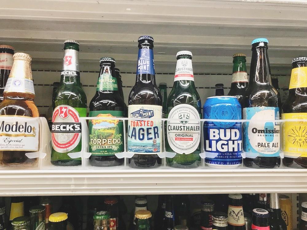 さまざまな国産&輸入ビールがバラ売りされていて、6本10.99ドルで購入できるスーパーも  (c) Kasumi Abe