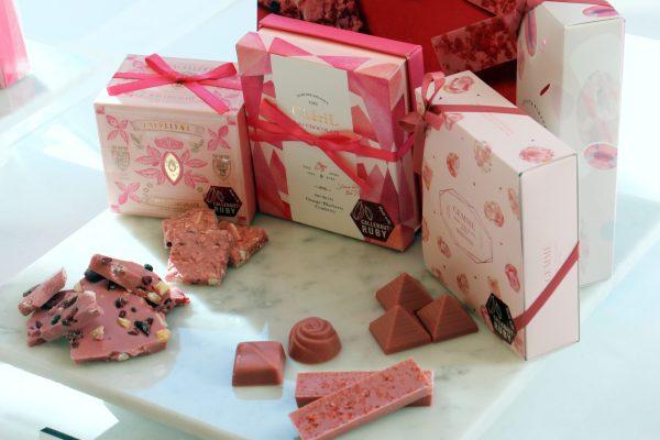 ルビーチョコレートを使ったファミリーマートの「ルビーチョコレートギフト」シリーズ。着色料ゼロでこの色味が出るのだそうです