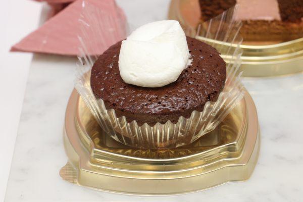 ショコラケーキ ルビーチョコソース 価格:298円(税込)