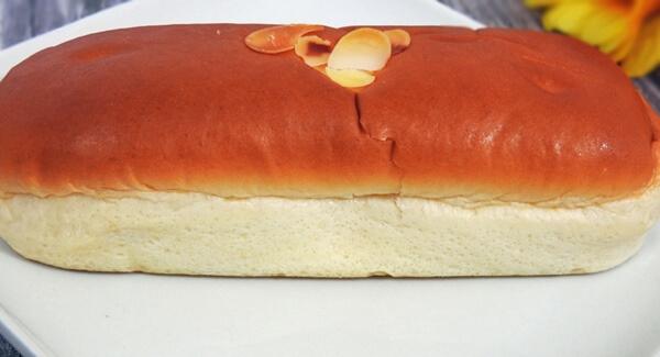 ファミリーマート「クリームを味わうクリームパン」128円(税抜) 2020年5月5日発売(関西地区:2020年4月7日)