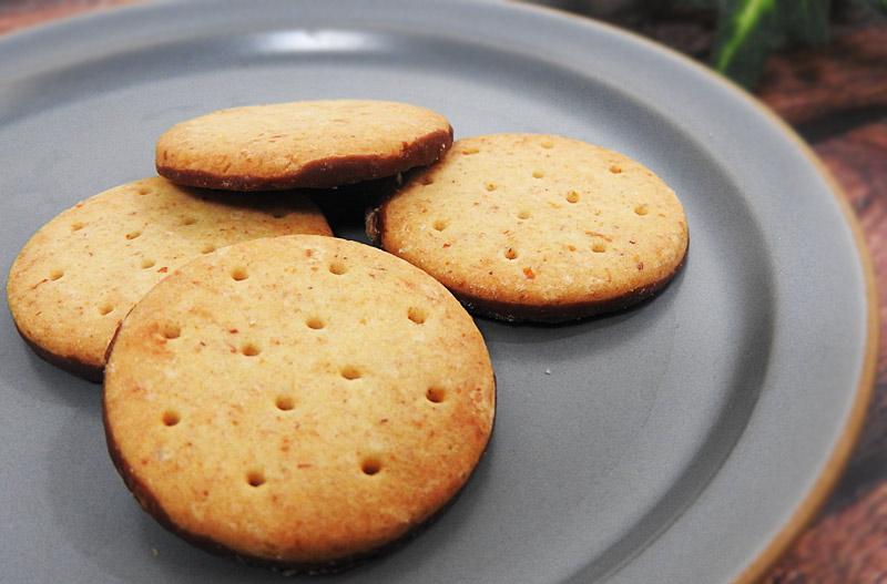 なめらかなチョコを味わうチョコビスケット(ファミリーマート)価格:100円(税抜)