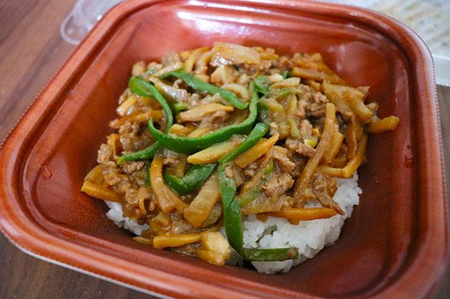 1食分の野菜が摂れるチンジャオロース丼(ローソン) 価格:550円(税込)