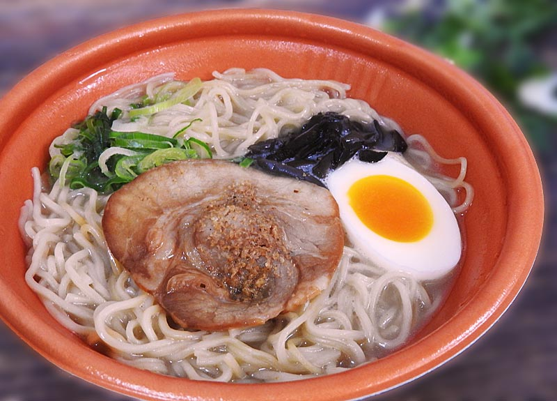 炊き出しガラスープの豚骨ラーメン(ファミリーマート) 価格:498円(税込)
